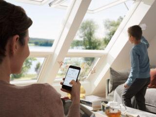 velux-integra-klappschwingfenster-frau-smartphone-steuerung-1280x960