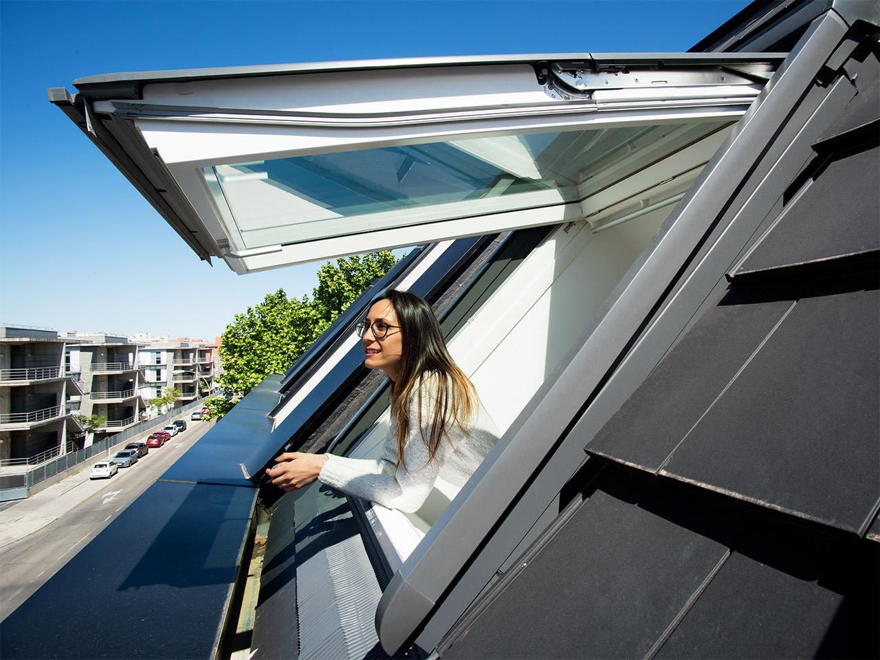 velux-klappschwingfenster-gpu-frau-aussicht-1280x960